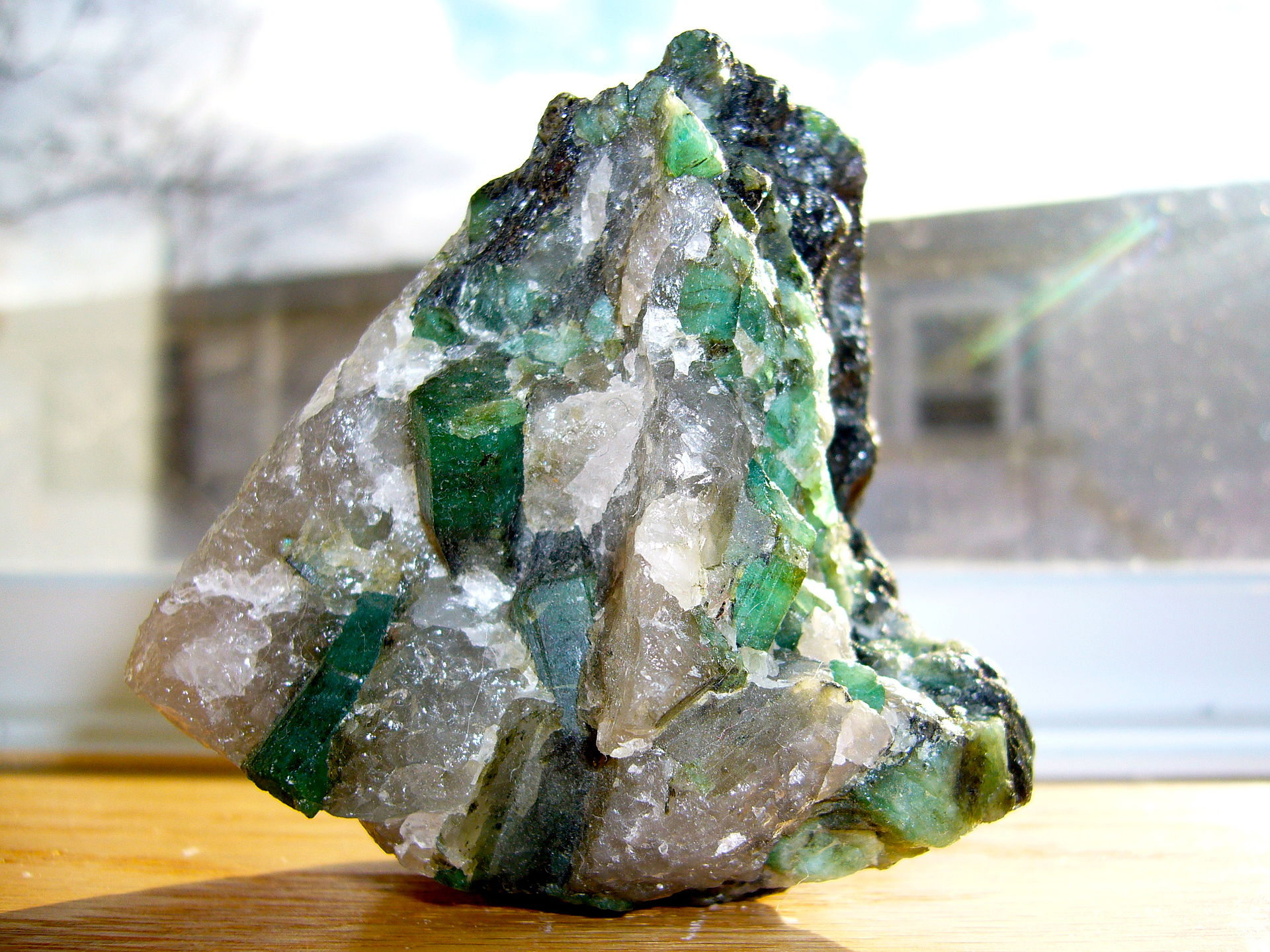 Emerald_in_a_quartz_and_pegmatite_matrix